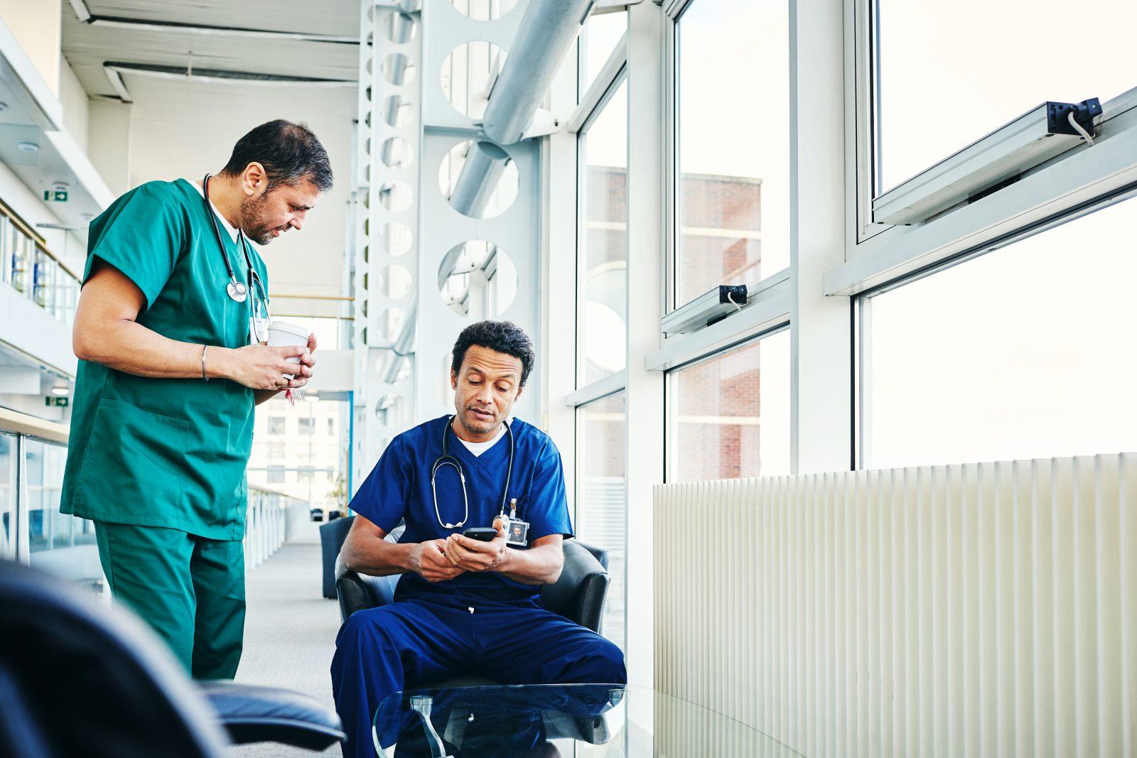 Läkare på sin smartphone på sociala medier