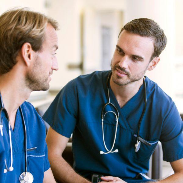 två manliga läkare pratar