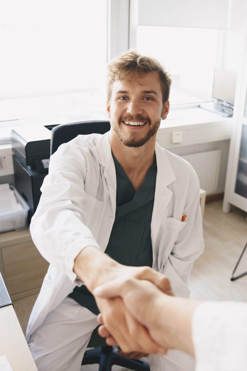 Läkare skakar hand för en bättre primärvård