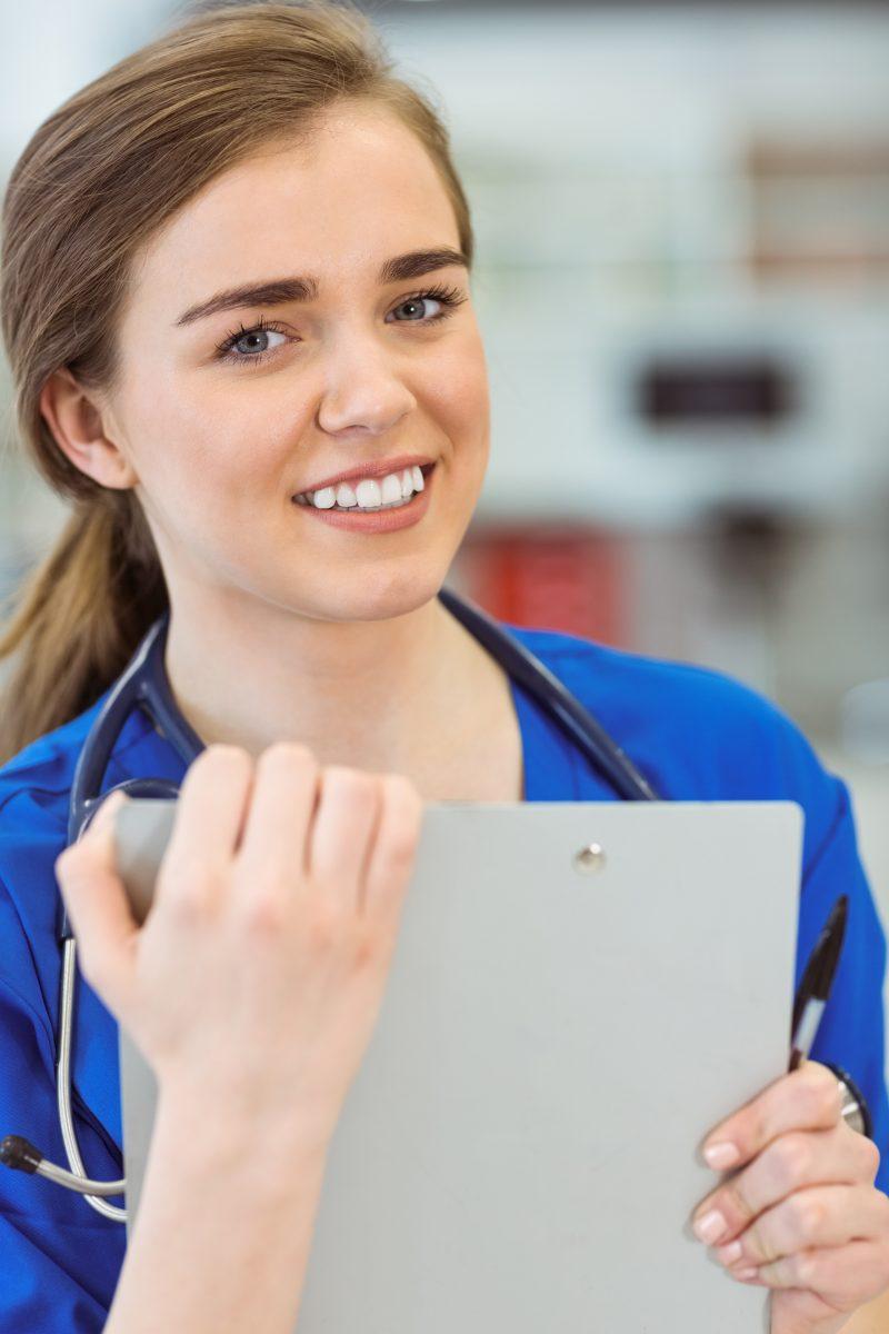 Läkarstudent under bastjänstgöring ler mot kameran