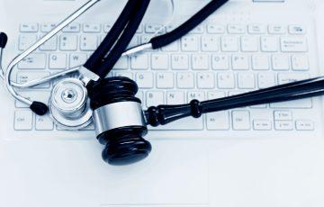 Tangentbord med stetoskop och klubba