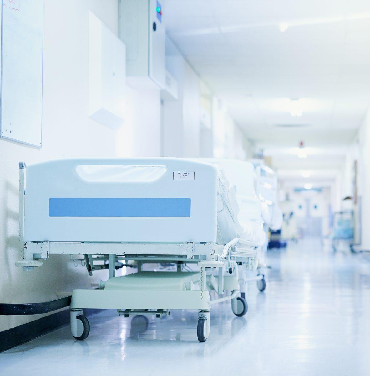 sjuksäng i korridor, vårdplatsbrist