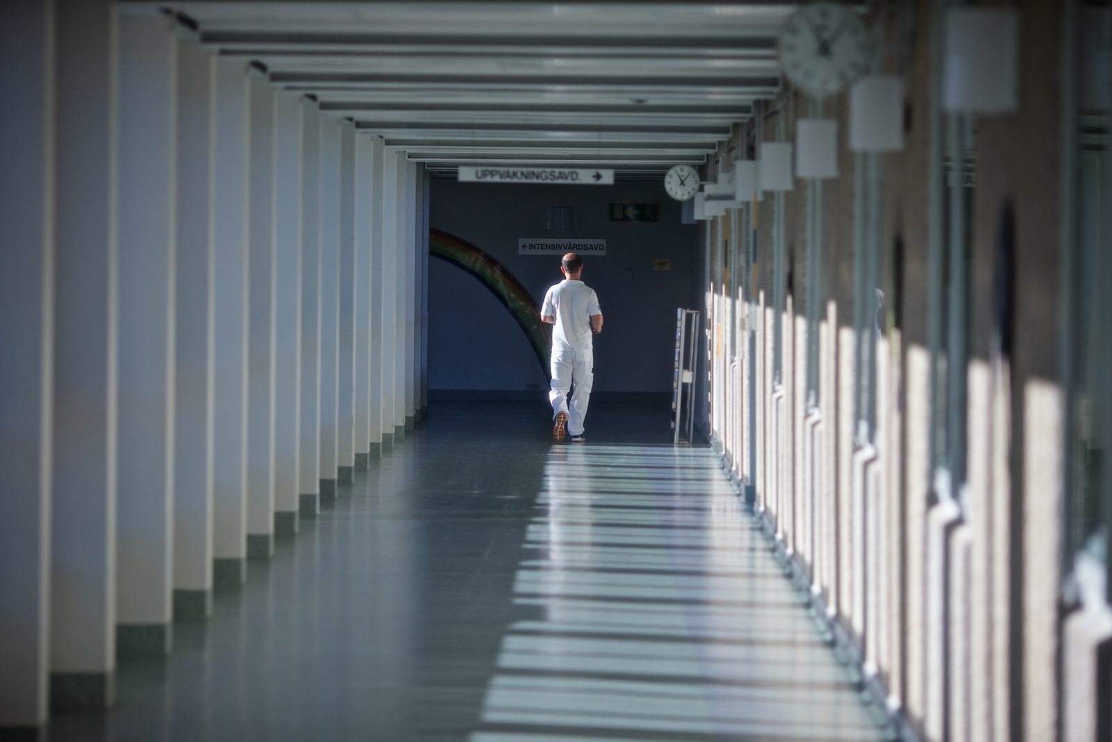 Läkare långt bort i korridor