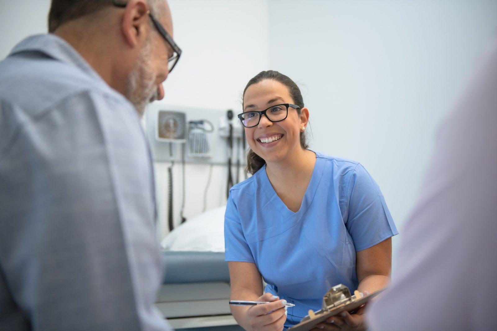 Läkare tar emot patient