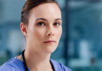 Kvinnlig underläkare som tittar in i kameran