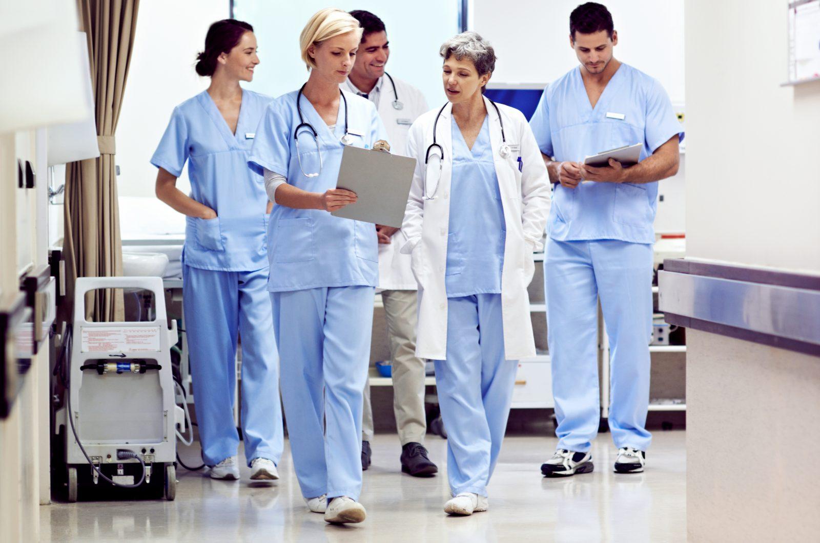 läkare rör sig i korridor och tittar på dokument