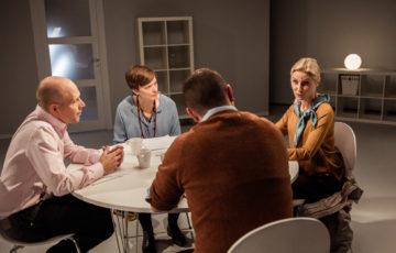 Personer vid bord, de har ett möte