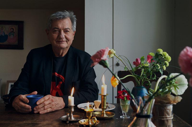 Erik Erichsen sitter vid ett bord