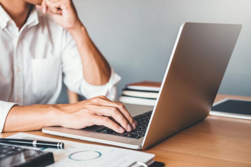 Kvinna framför dator