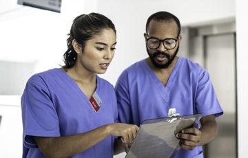 Läkare samtalar om något på en läsplatta