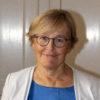 Nina Nelson Follin, styrelseledamot i Chefsföreningen bär en blå blus, vit kavaj och ler mot kameran