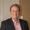 Peter Thoren, styrelseledamot i Chefsföreningen, bär svart kavaj, glasögon och ler mot kameran