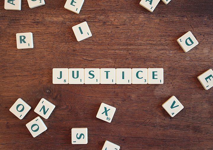 brickor som bildar ordet justice