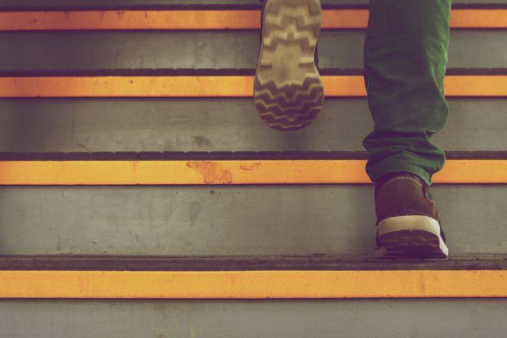 Skor på väg upp för en trapp