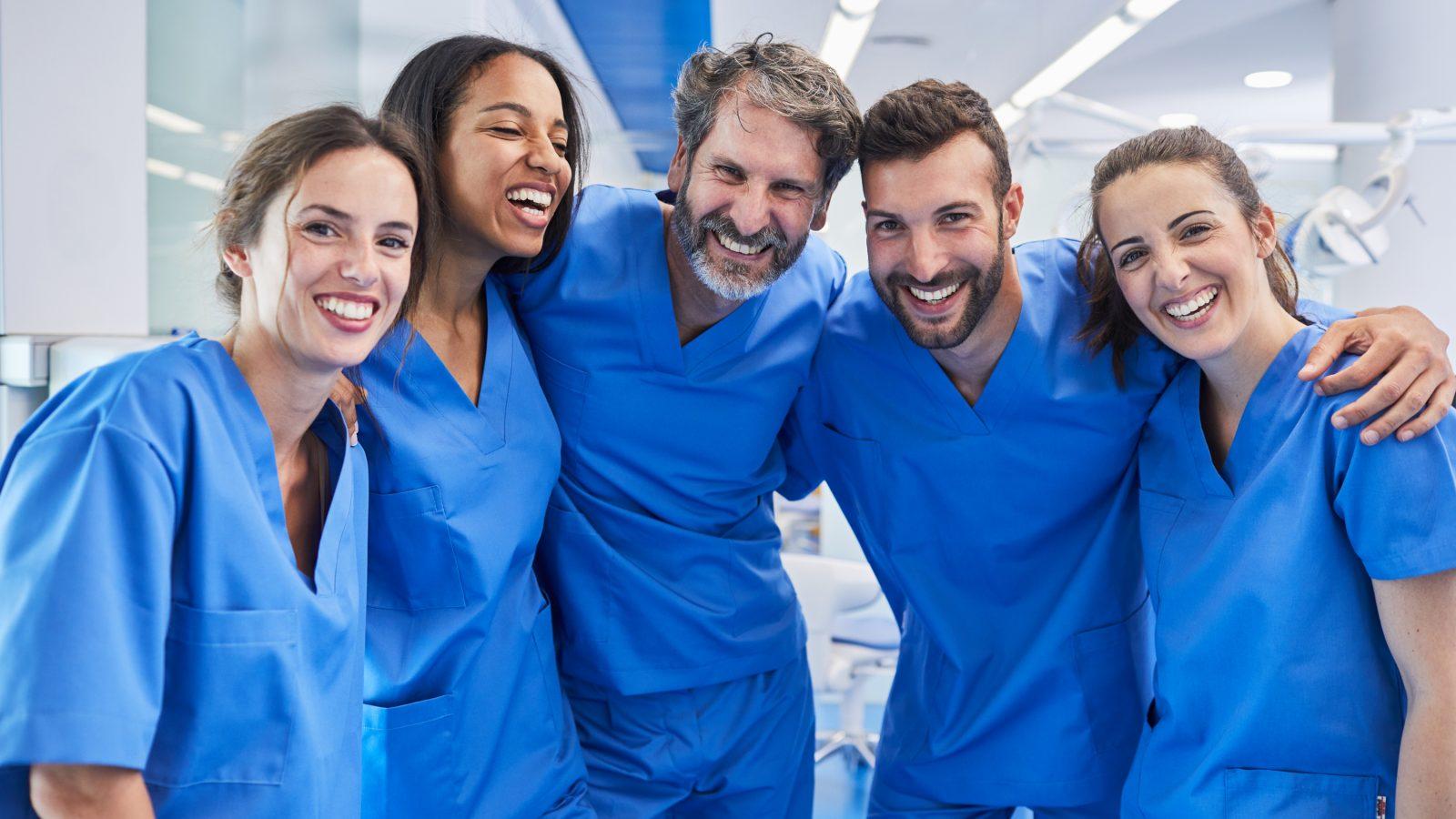 glada läkare bredvid varandra
