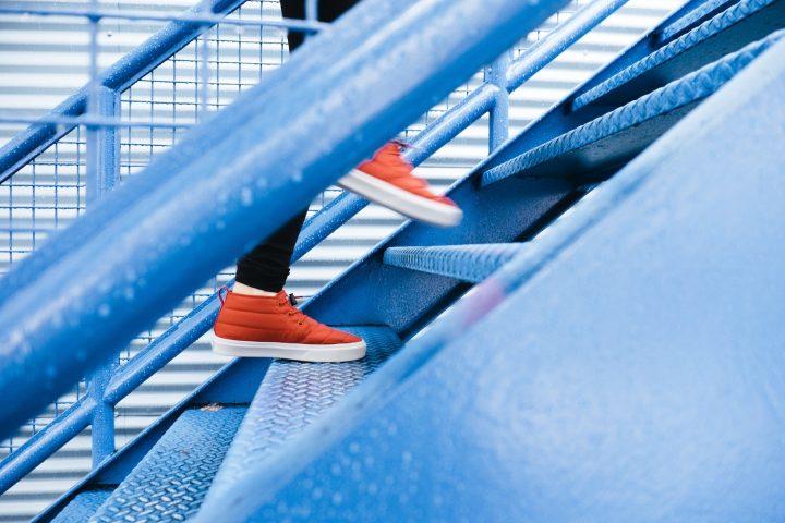 en person går uppför en trappa