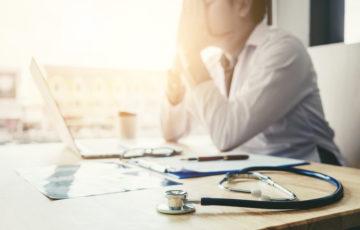 Stressad läkare. Den främsta orsaken till arbetsrelaterad utmattning är krav i form av brådska och tidspress.