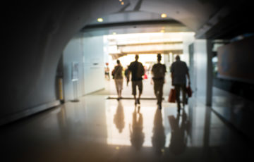 Läkare och annan sjukvårdspersonal går ut genom tunnel
