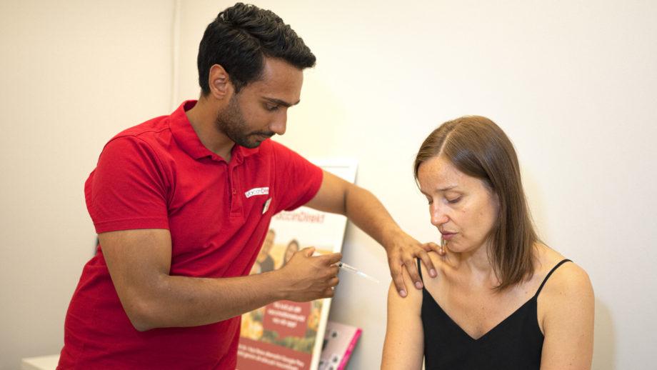 Arun Das vaccinerar en patient.